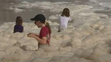 Огромно количество пяна покри плажове в Австралия (видео)
