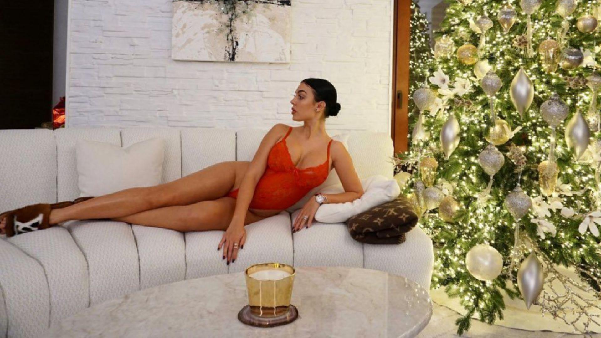 Тиха нощ, секси нощ: Половинката на Роналдо по изрязано боди до коледната елха