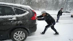 Над 60 млн. американци се готвят за най-голямата снежна буря от години (снимки, видео)