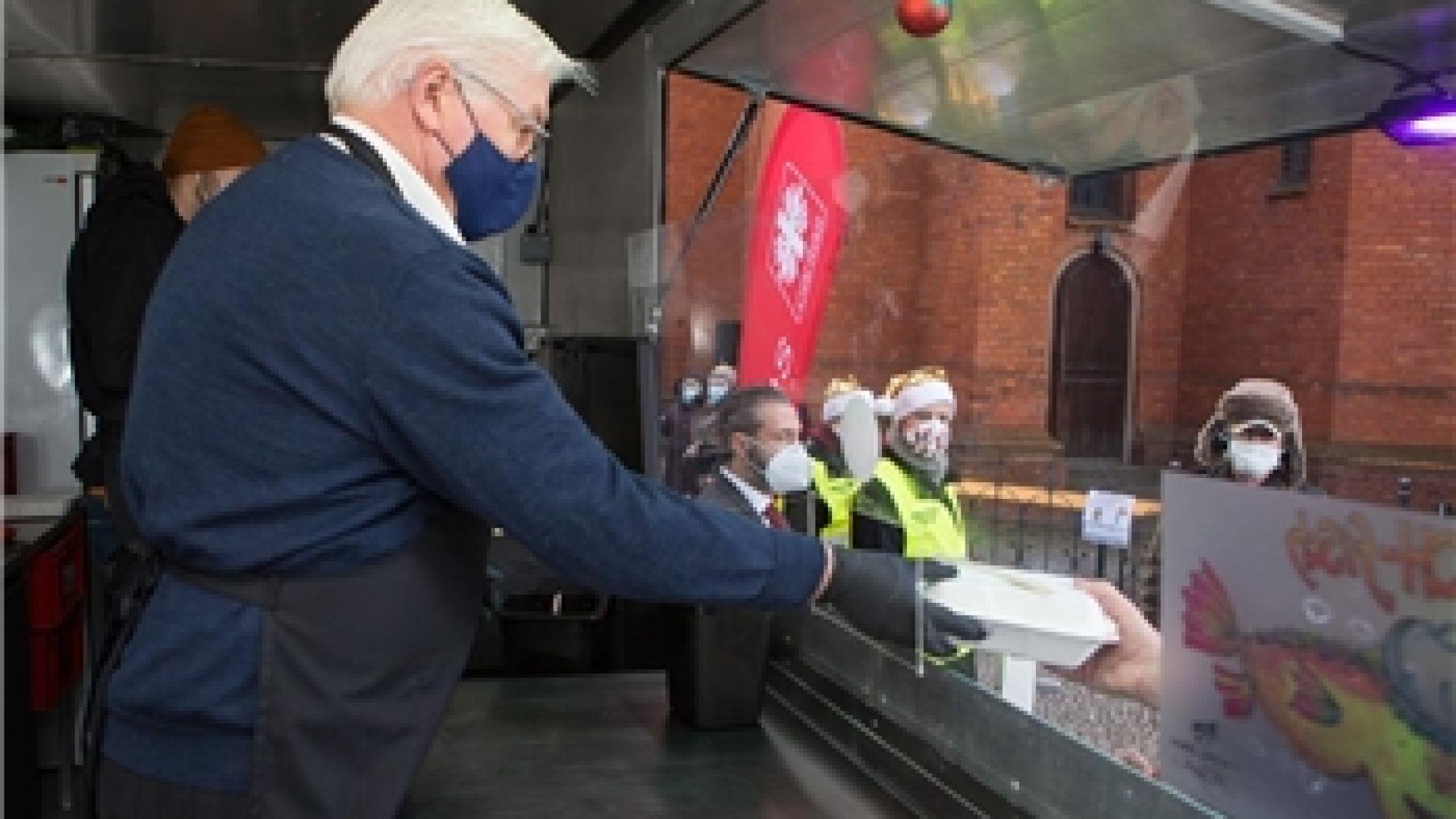 Германският президент раздаде топла храна на бездомници