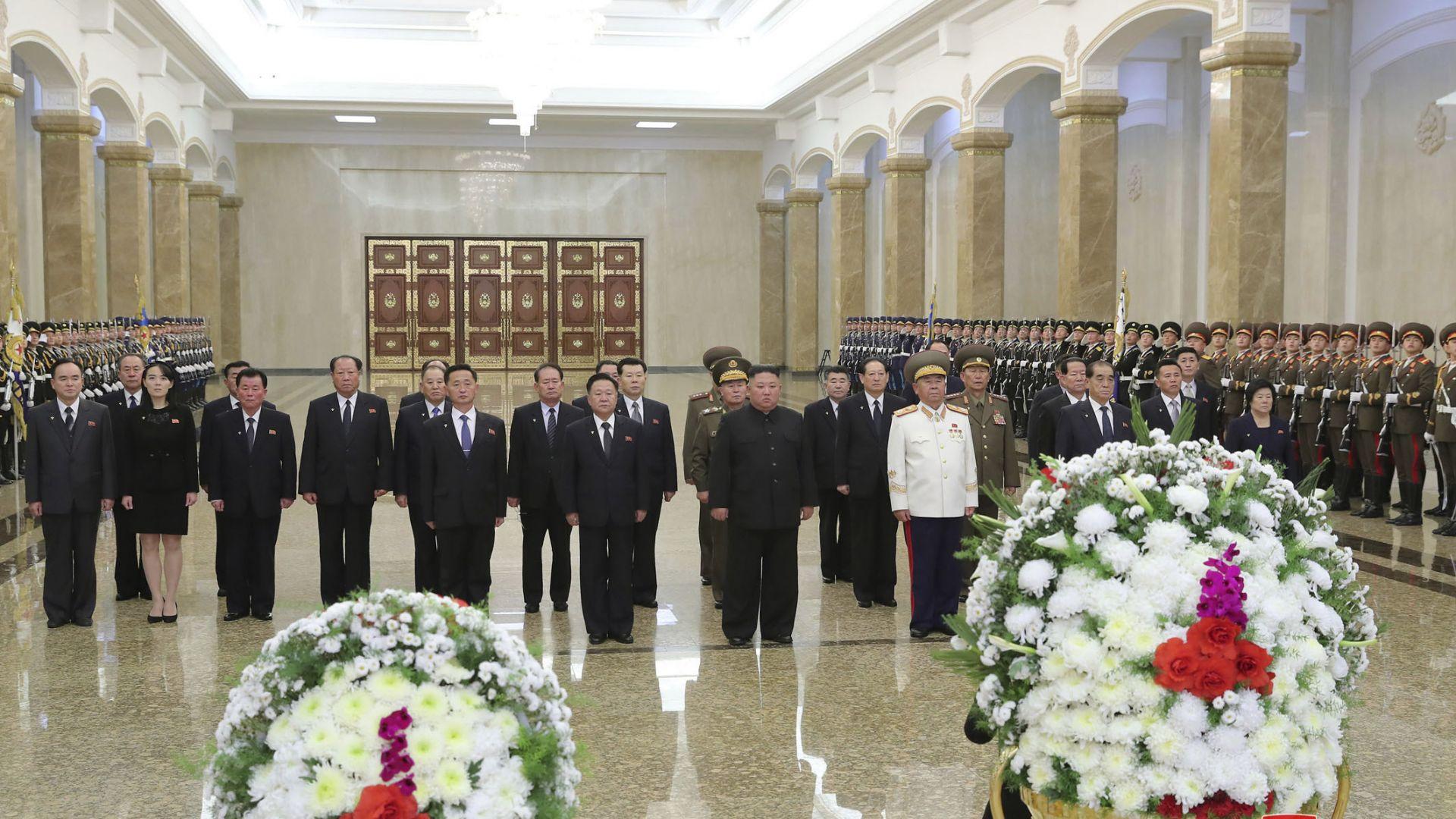 Ким Чен-ун почете паметта на баща си на годишнината от смъртта му