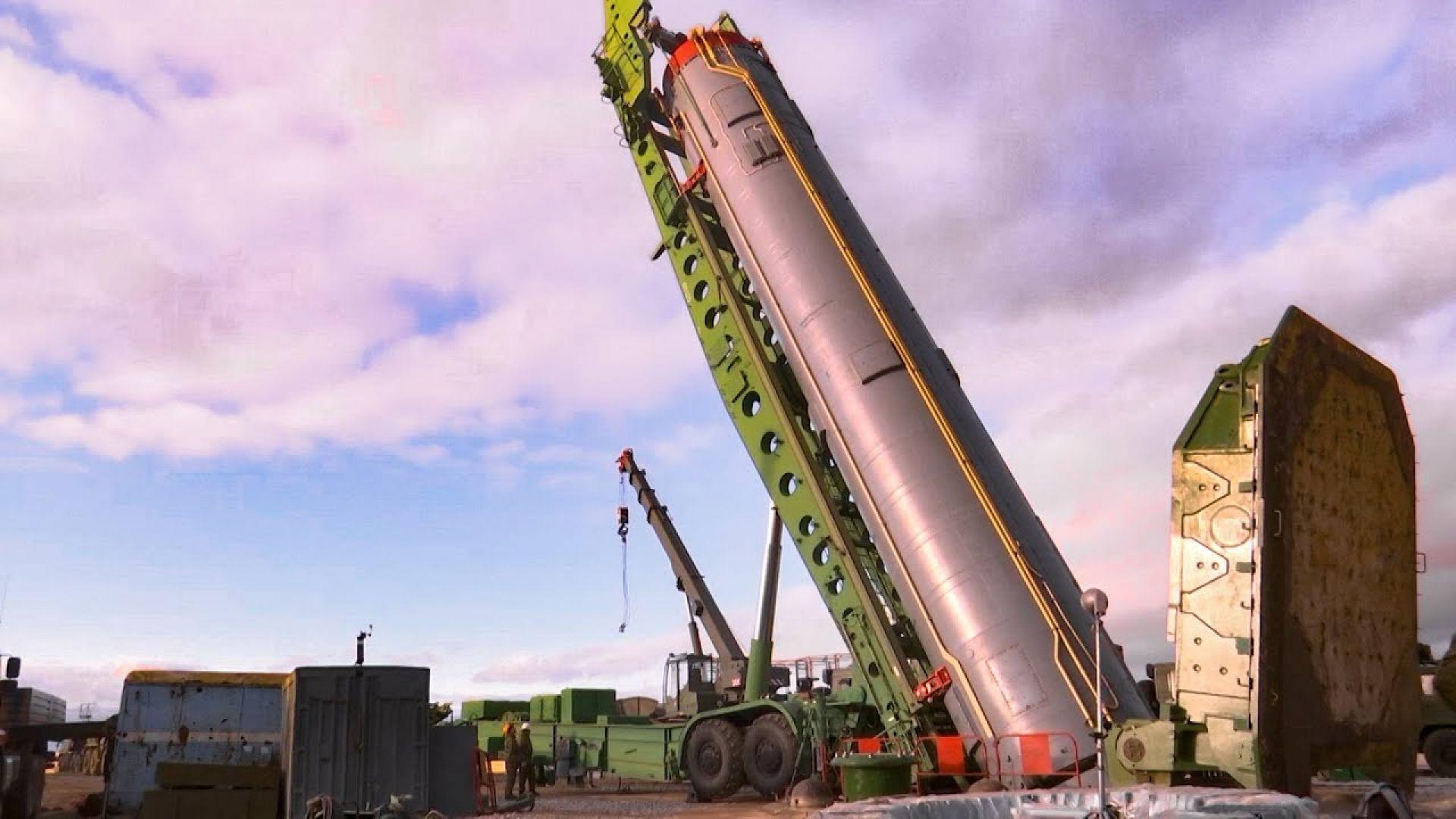 Как се зареждат силозите с балистични ракети (видео)