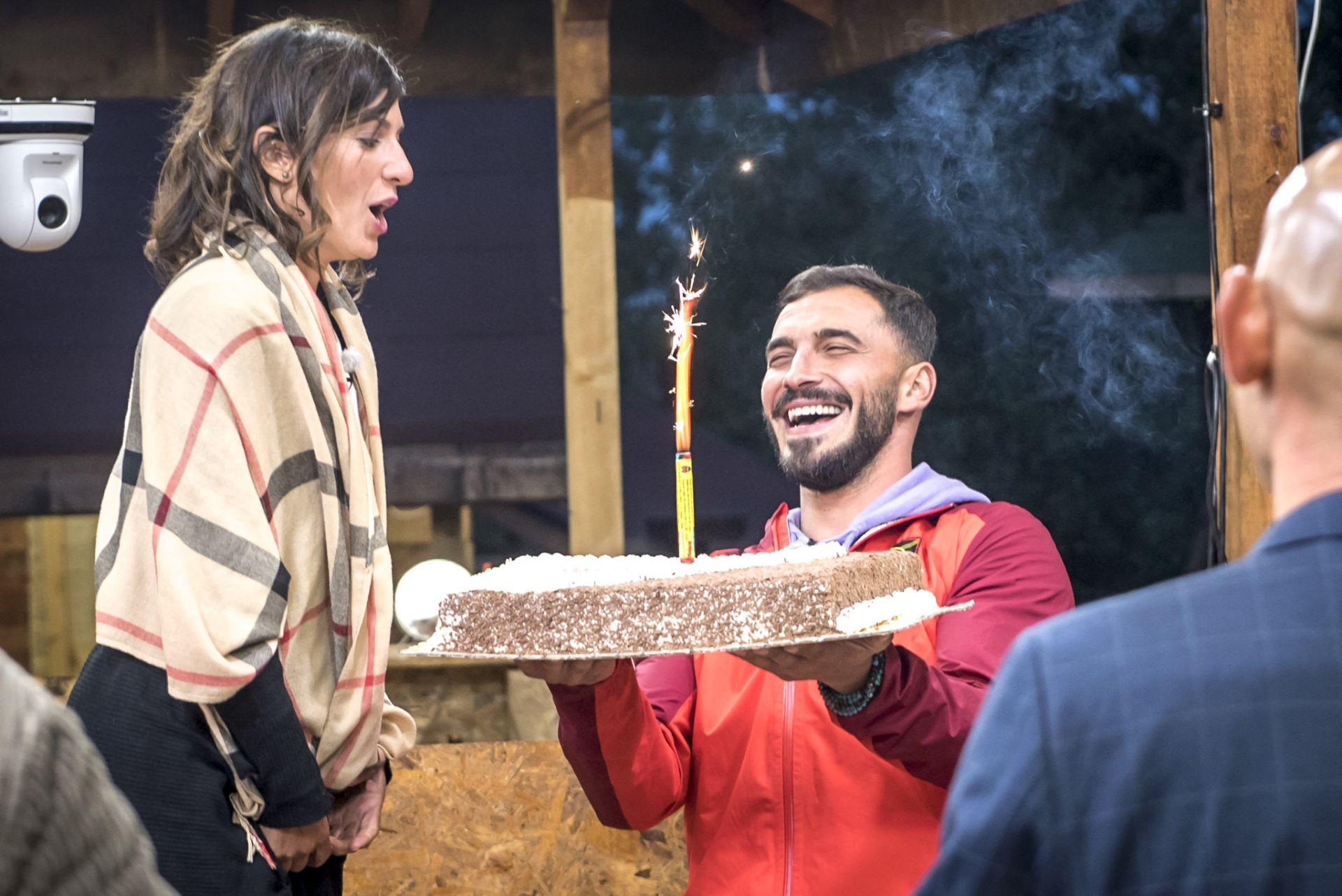 Петър поднася тортата за рождения ден на Ваня