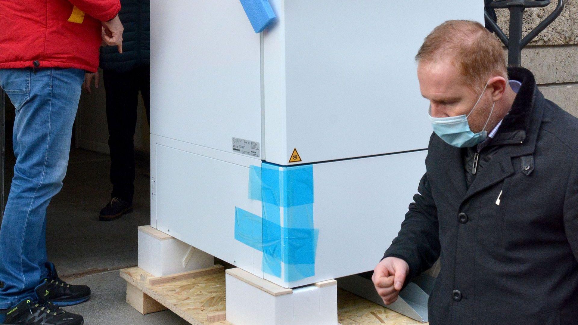 Фризер за съхранение на над 580 000 ваксини бе доставен във Варна
