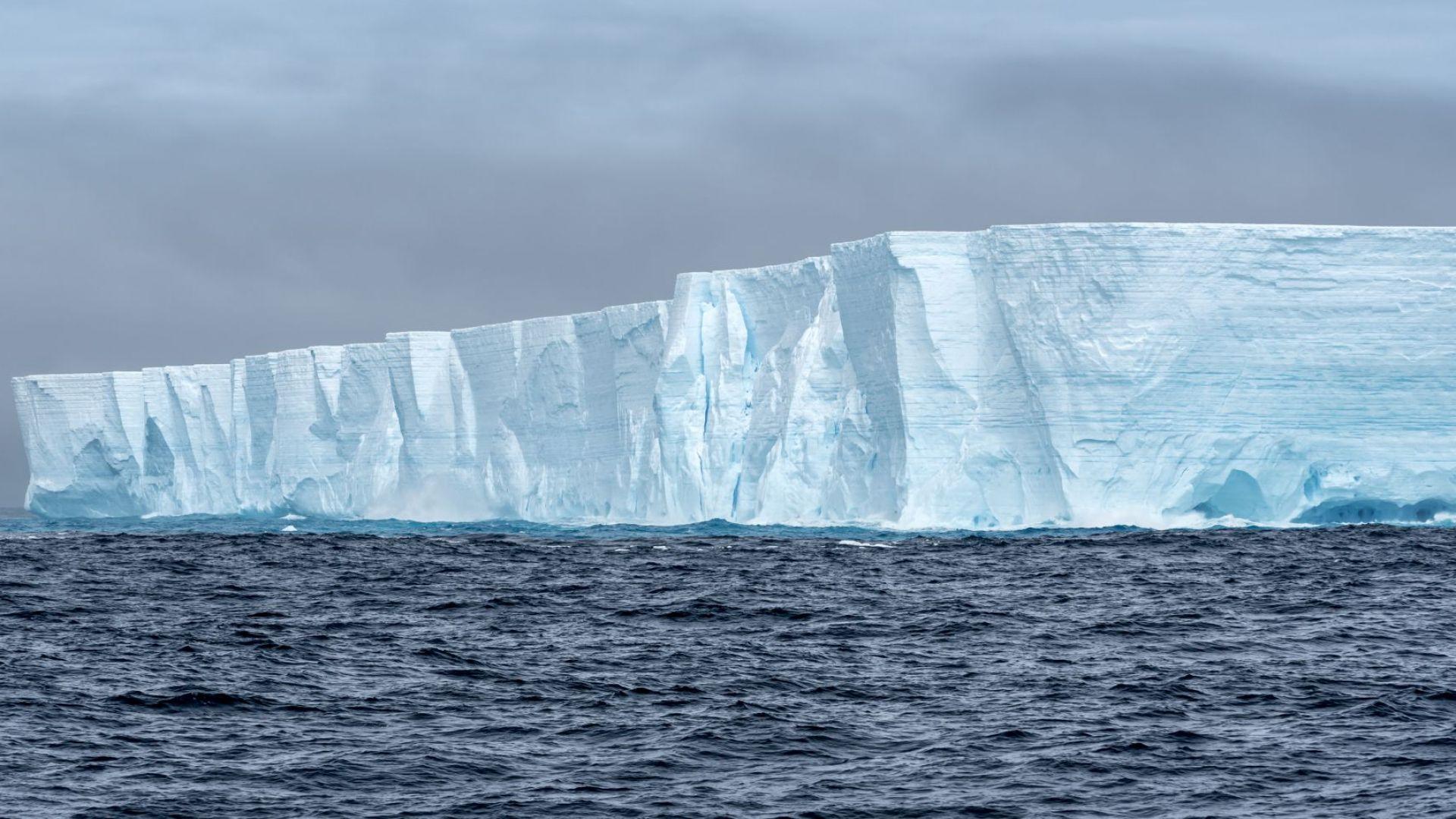 Гигантският айсберг, устремил се към населен с пингвини остров, се разцепи преди да нанесе поражения