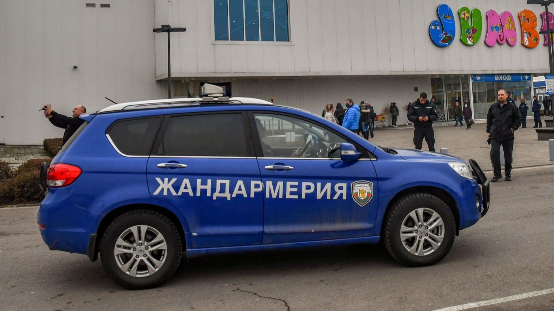 Жандармеристи и охранители следят за мерките в големите магазини в София (снимки)