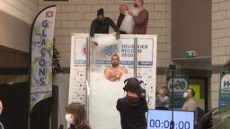 Французин постави световен рекорд - престоя в съд с лед повече от 2,5 часа (видео)
