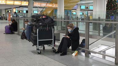 Препълнени летища и гари във Великобритания заради новия щам на COVID-19  (снимки)