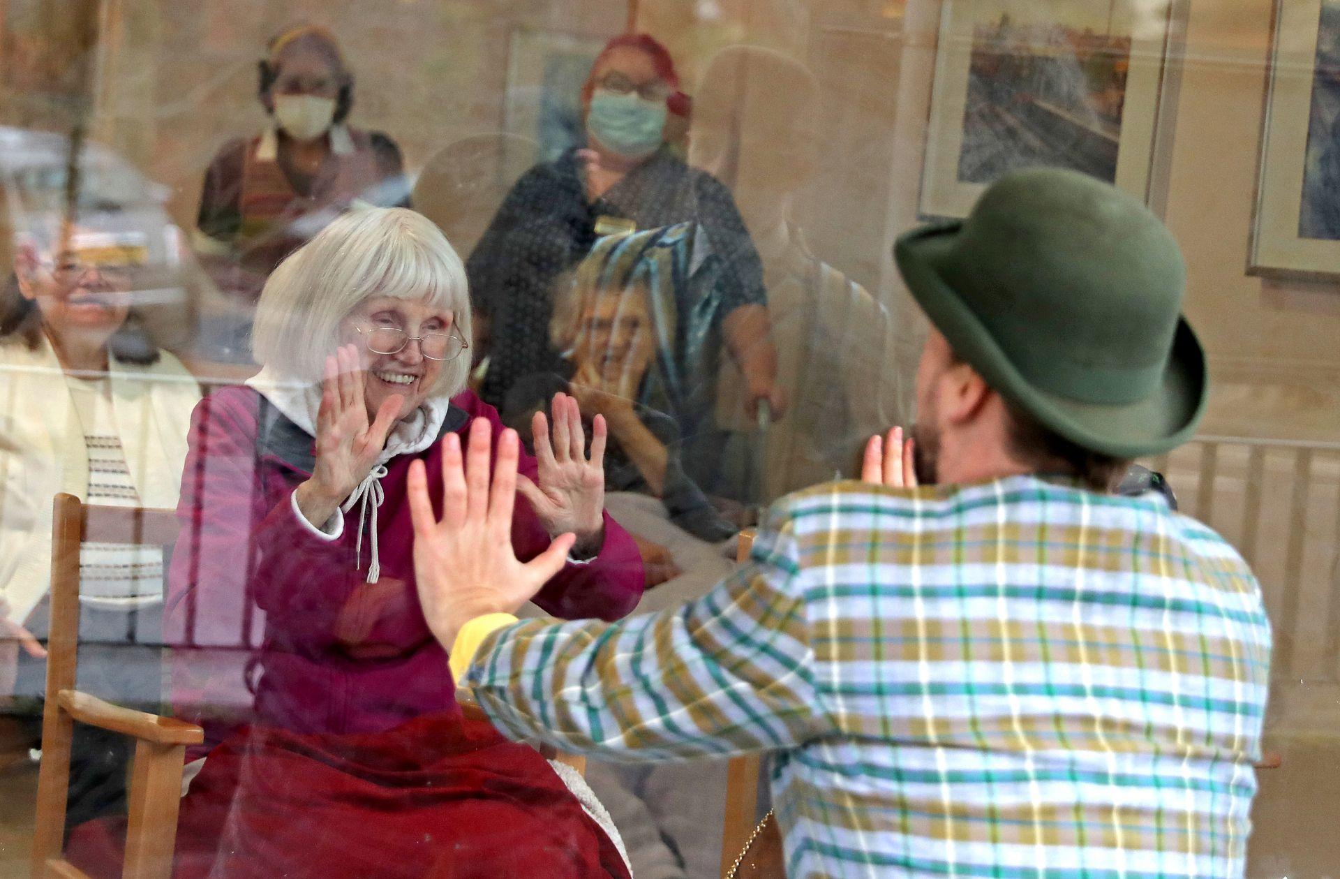 ПРазничен смектакъл през прозореца за домовете за възрастни хора във Великобритания