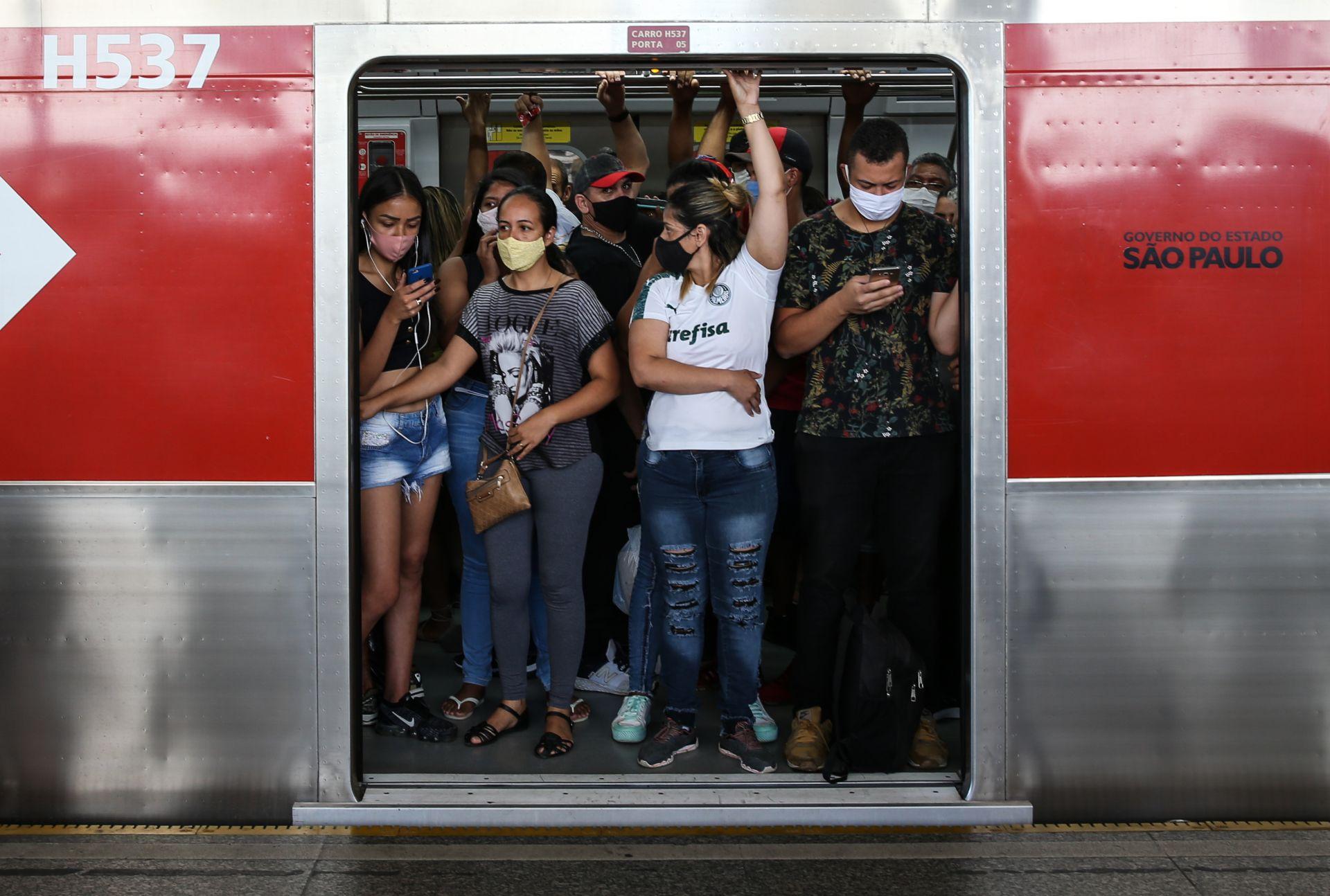 В Сао Паола се тъпчат в метрото за Коледния шопинг