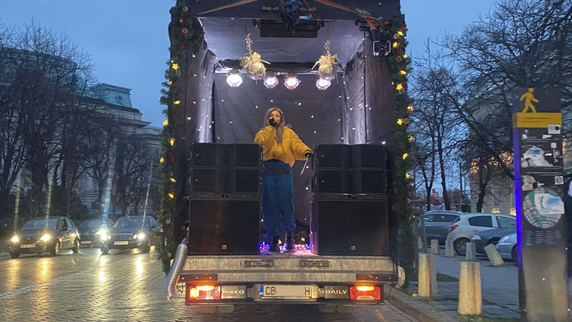 Виктория донесе коледно настроение в София с нетрадиционен концерт из улиците на града