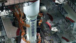"""20-тонна част от китайска ракета лети """"безконтролно"""" към Земята"""