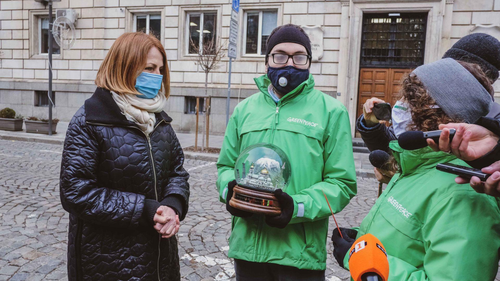"""""""Грийнпийс"""" връчи необичаен коледен подарък на кмета на София (видео)"""