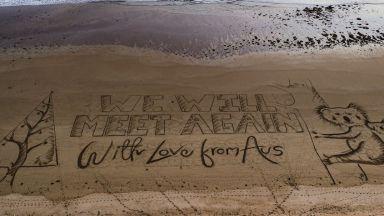 """Ще се срещнем отново"""" e посланието на огромна коледна картичка на плаж в Австралия"""