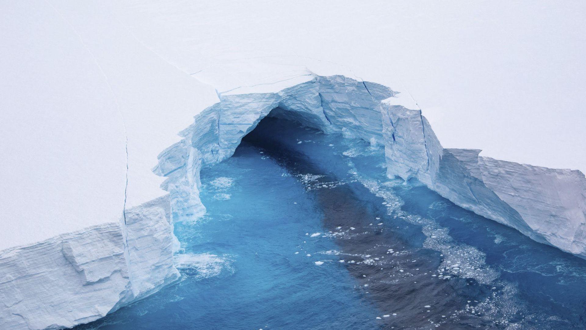 Огромен айсберг се откъсна от ледовете на Антарктида (снимки и видео)