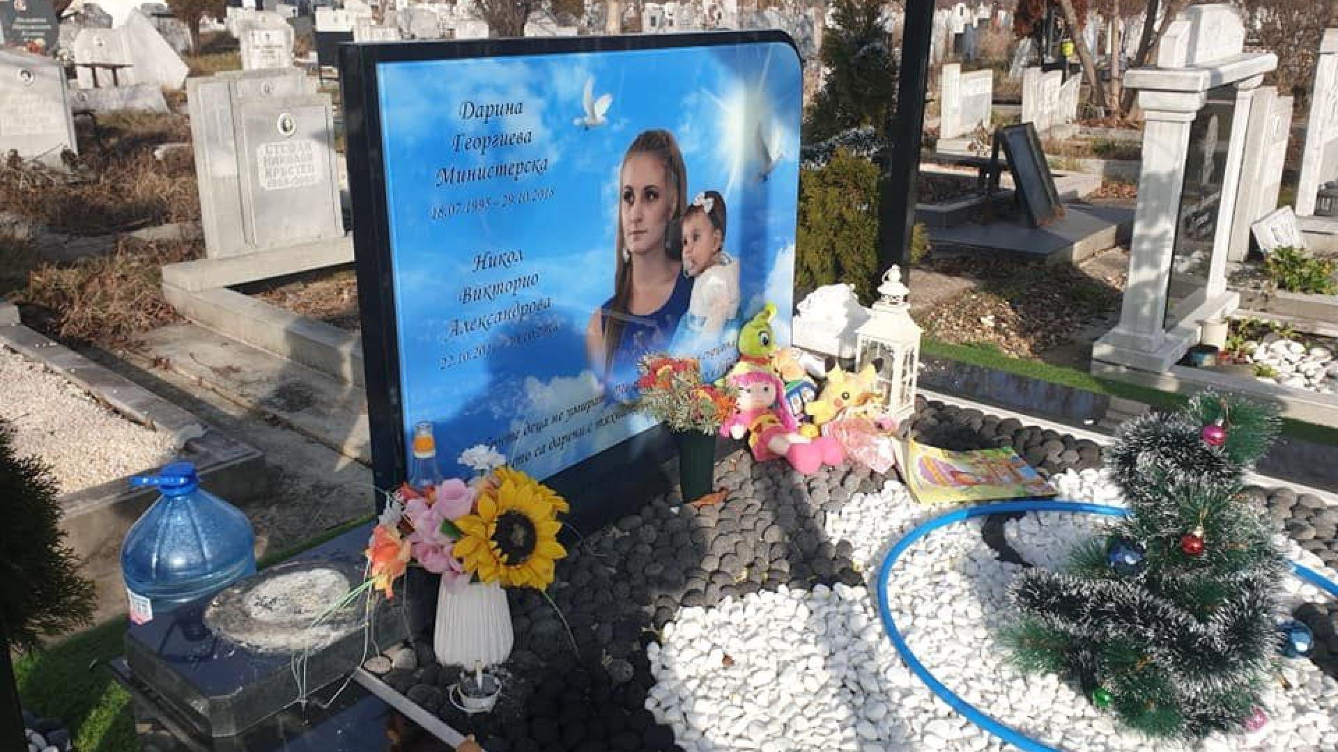 Поругаха гроба на убитите Дарина и Никол навръх Бъдни вечер (видео)