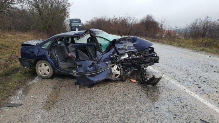 Двама души са пострадали при челен удар на пътя Враца
