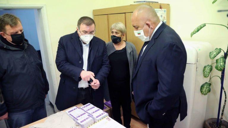 Премиерът Бойко Борисов провери как се съхраняват ваксините срещу COVID-19