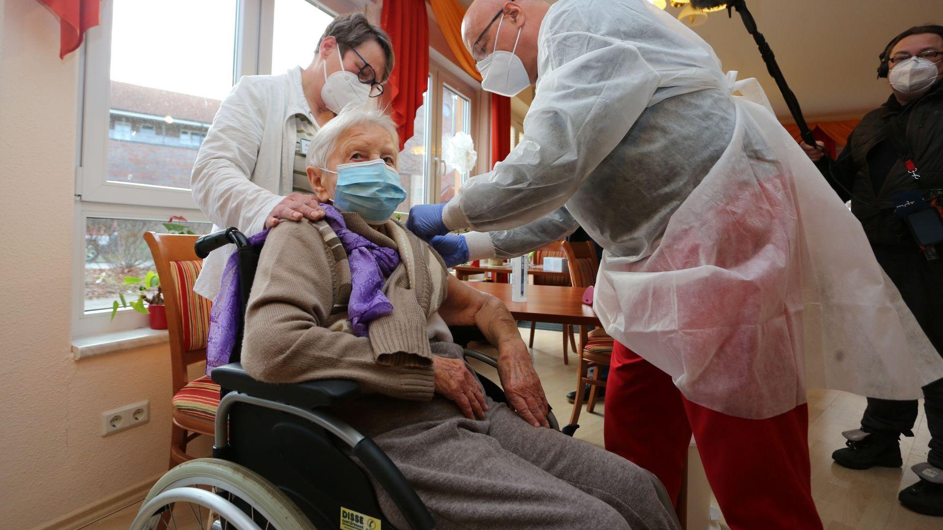 Столетница първата имунизирана в Германия