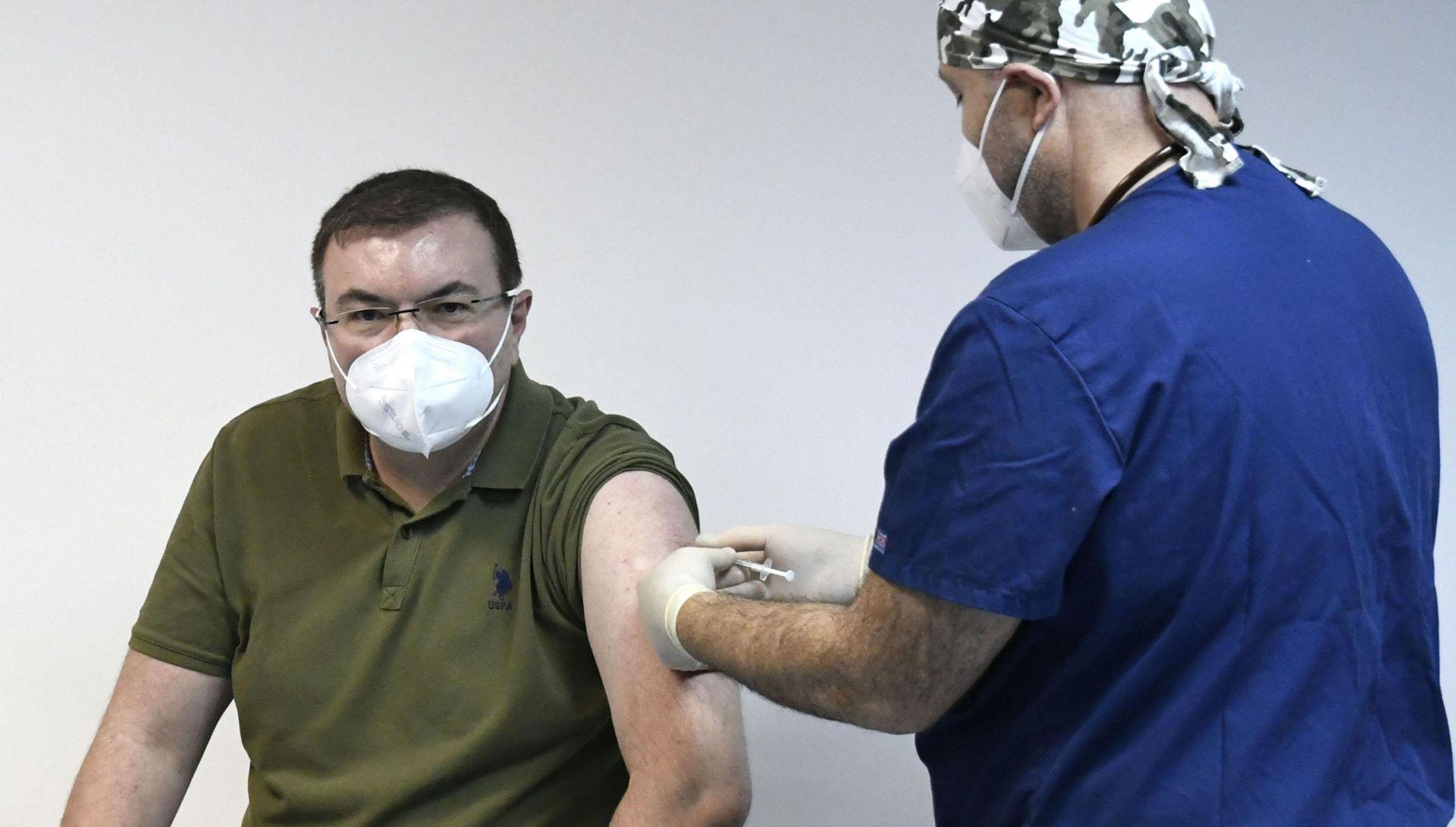 Първият ваксиниран бе здравният министър