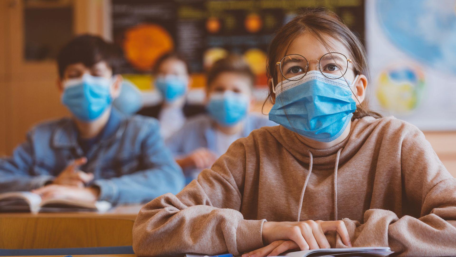 По-малките ученици се завръщат в клас, може би с маски