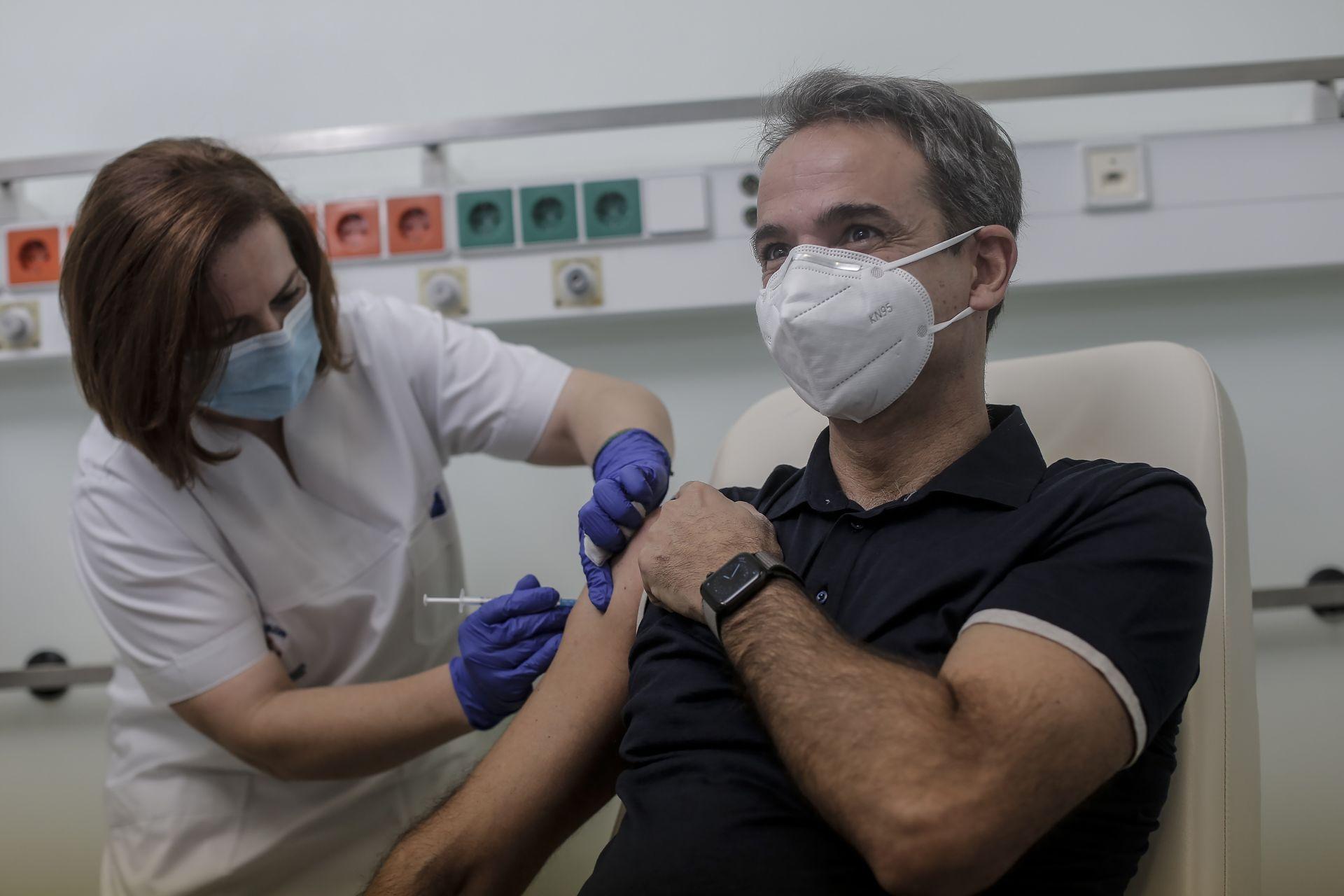 Гръцкият премиер Кириакос Мицотакис получава инжекция с доза ваксина COVID-19 в университетската болница в Атина