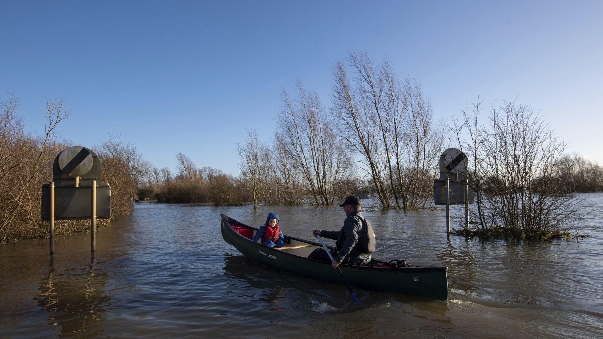 Ураганът Белла вилнее над Великобритания и Франция (видео)