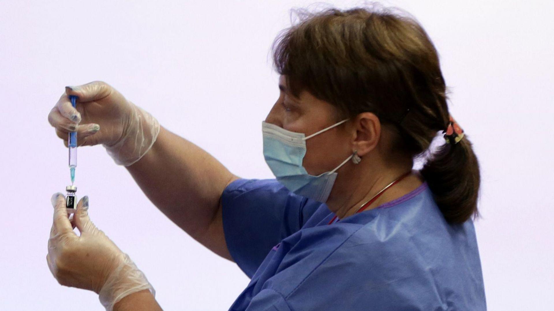 Близо 700 медици у нас се ваксинираха срещу COVID-19 (снимки)