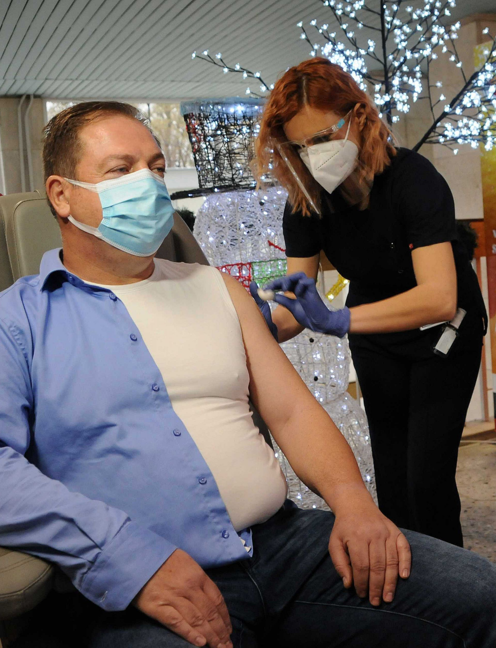 """В УМБАЛ """"Свети Георги"""" в Пловдив започна ваксинирането срещу COVID-19. Първи бе имунизиран д-р Иван Маджаров"""