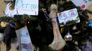 Протестиращи искат Радев да произнесе Новогодишното си обръщение на площада