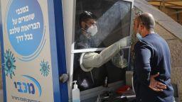 Израел върна маските на закрито, въпреки че 65% са ваксинирани или преболедували COVID-19