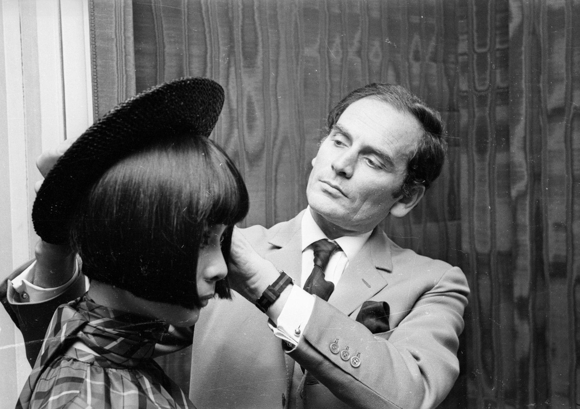 8 април 1965 г. - Пиер Карден подготвя модел при отварянето на модната си къща