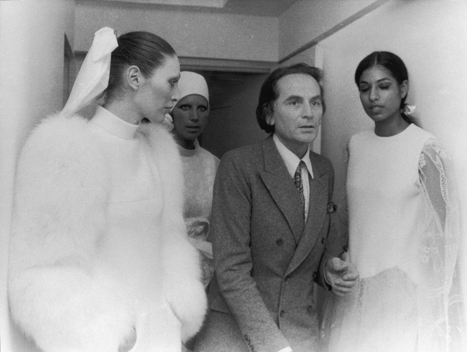 27 юли, 1971 г. Пиер Карден сред моделите си по време на ревю есен/зима