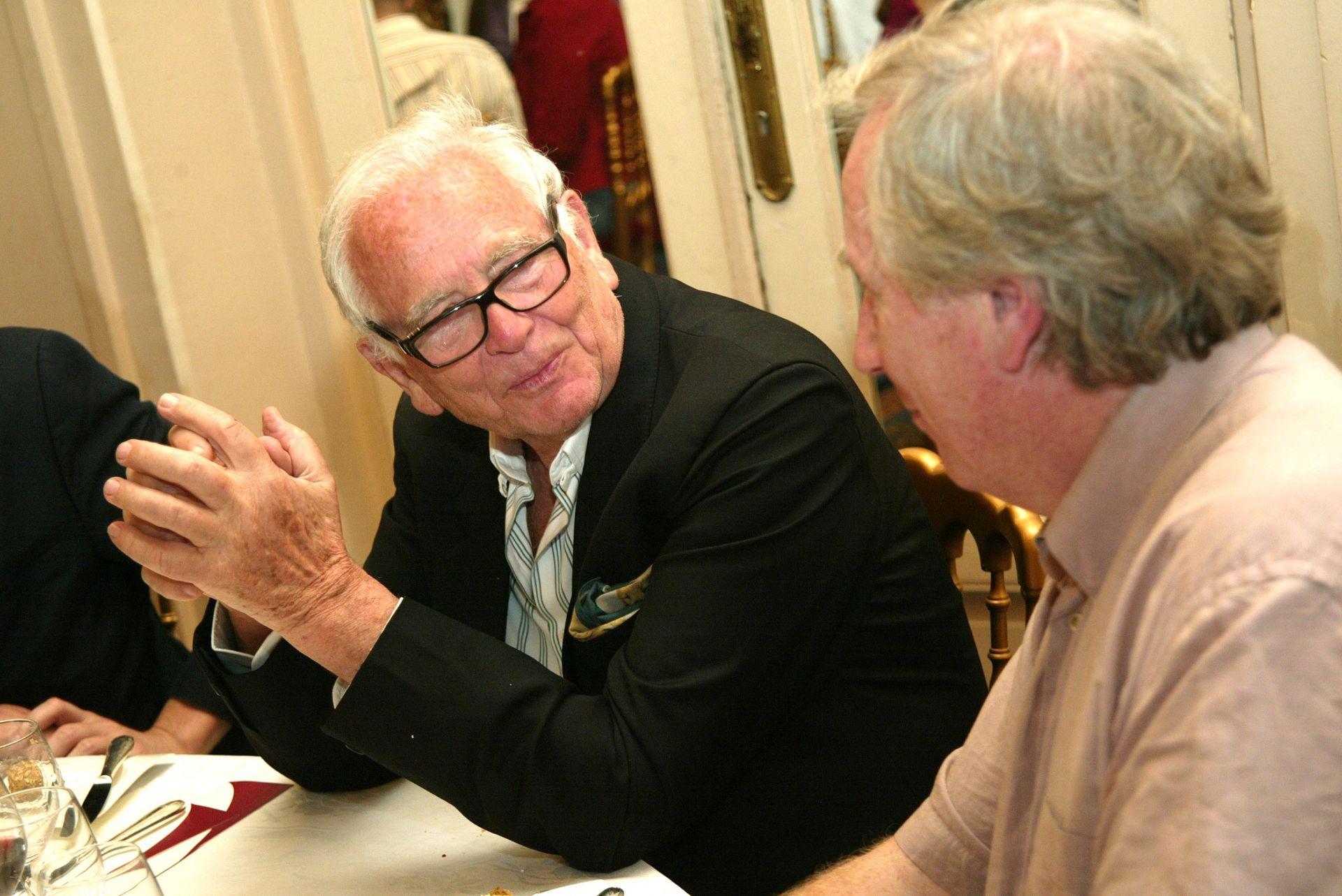 18 май 2004 г. Пиер Карден разговаря с непознат за широката общественост гост по време на т.нар. Обяд за кино и гастрономия на 57-ия Международен филмов фестивал в Кан
