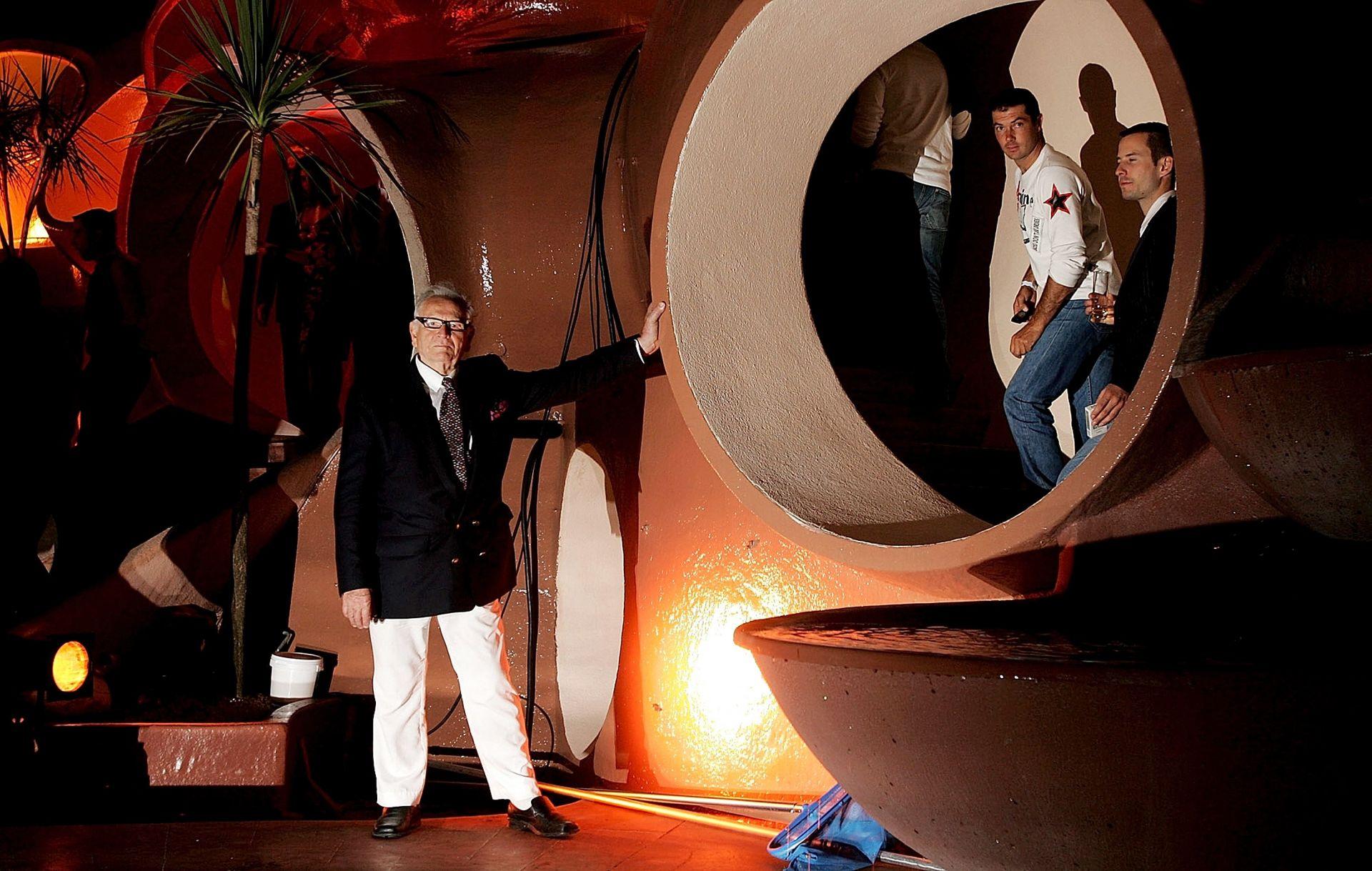 20 май 2006 г. - Пиер Карден позира на партито по време на 59-ия кинофестивал в Кан