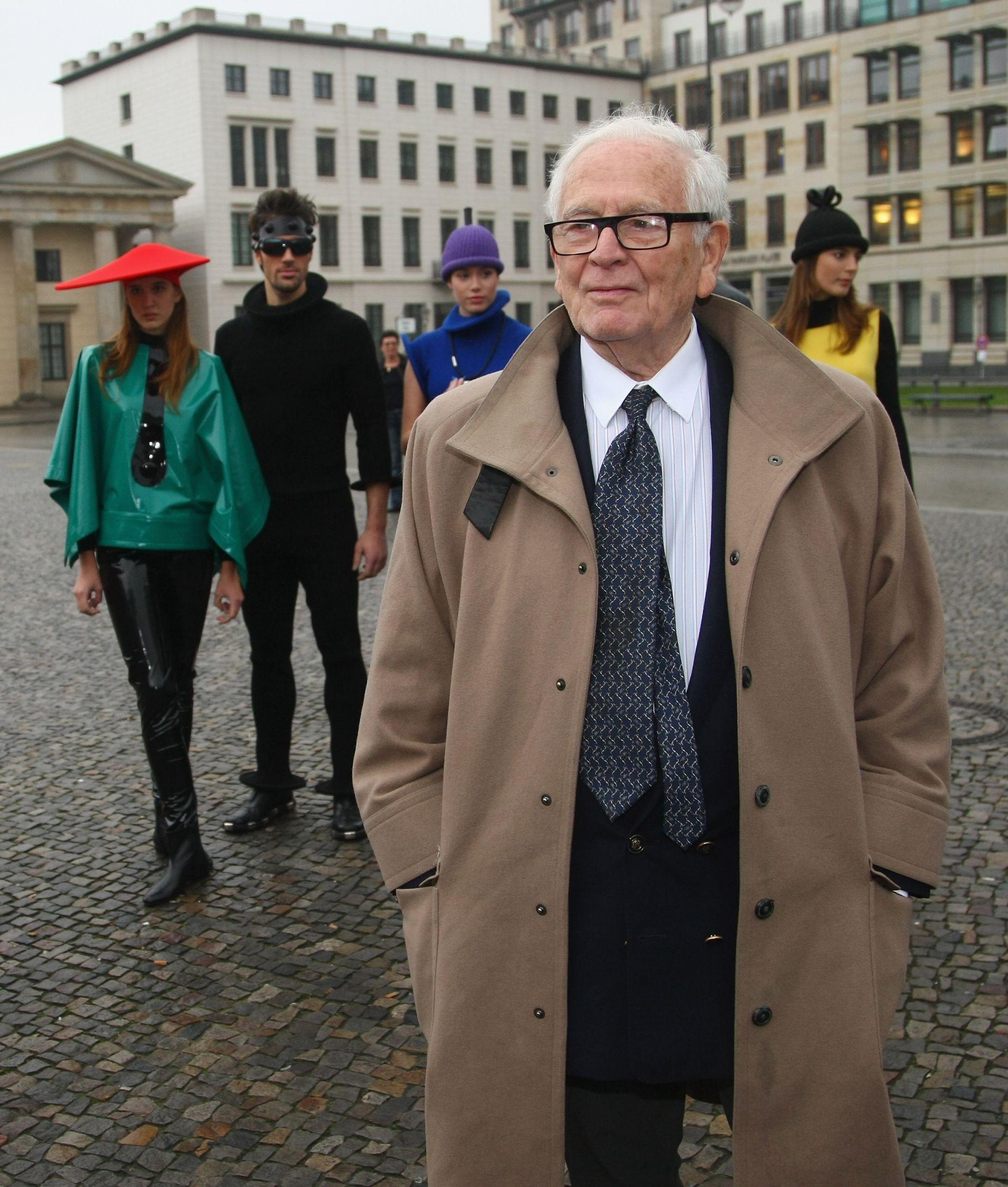 6 ноември 2008 г. - Пиер Карден заминава позира със свои модели пред Бранденбургската врата в Берлин