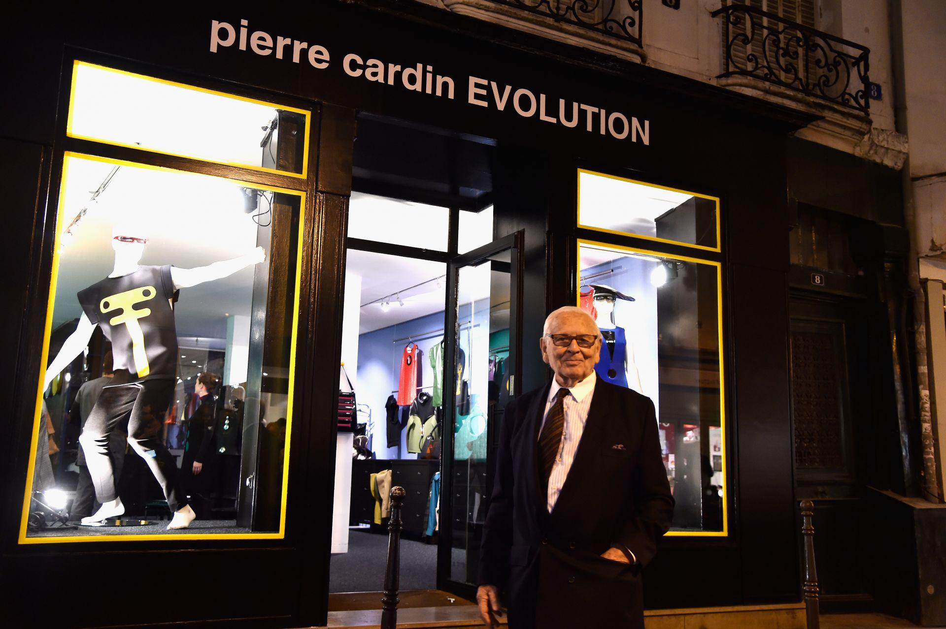 """13 ноември 2014 г. - Пиер Карден позира пред """"Pierre Cardin Evolution Boutique"""" по време на коктейла за откриването"""