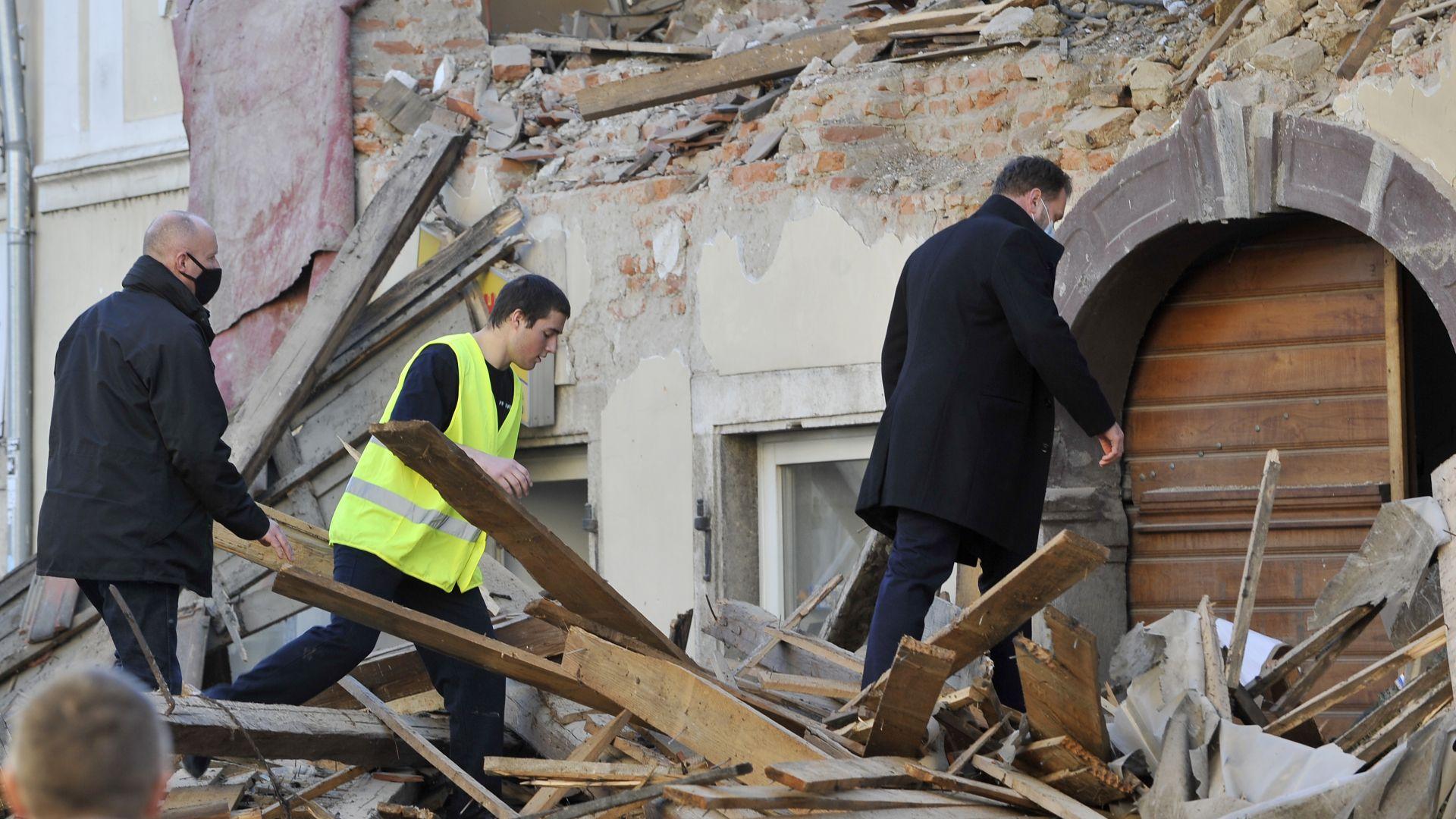 Доброволец загинa, разчиствайки отломки от труса в Хърватия