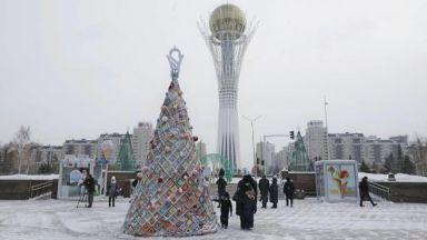 Шестметрова елха, изплетена от 70 килограма прежда, се издигна в столицата на Казахстан