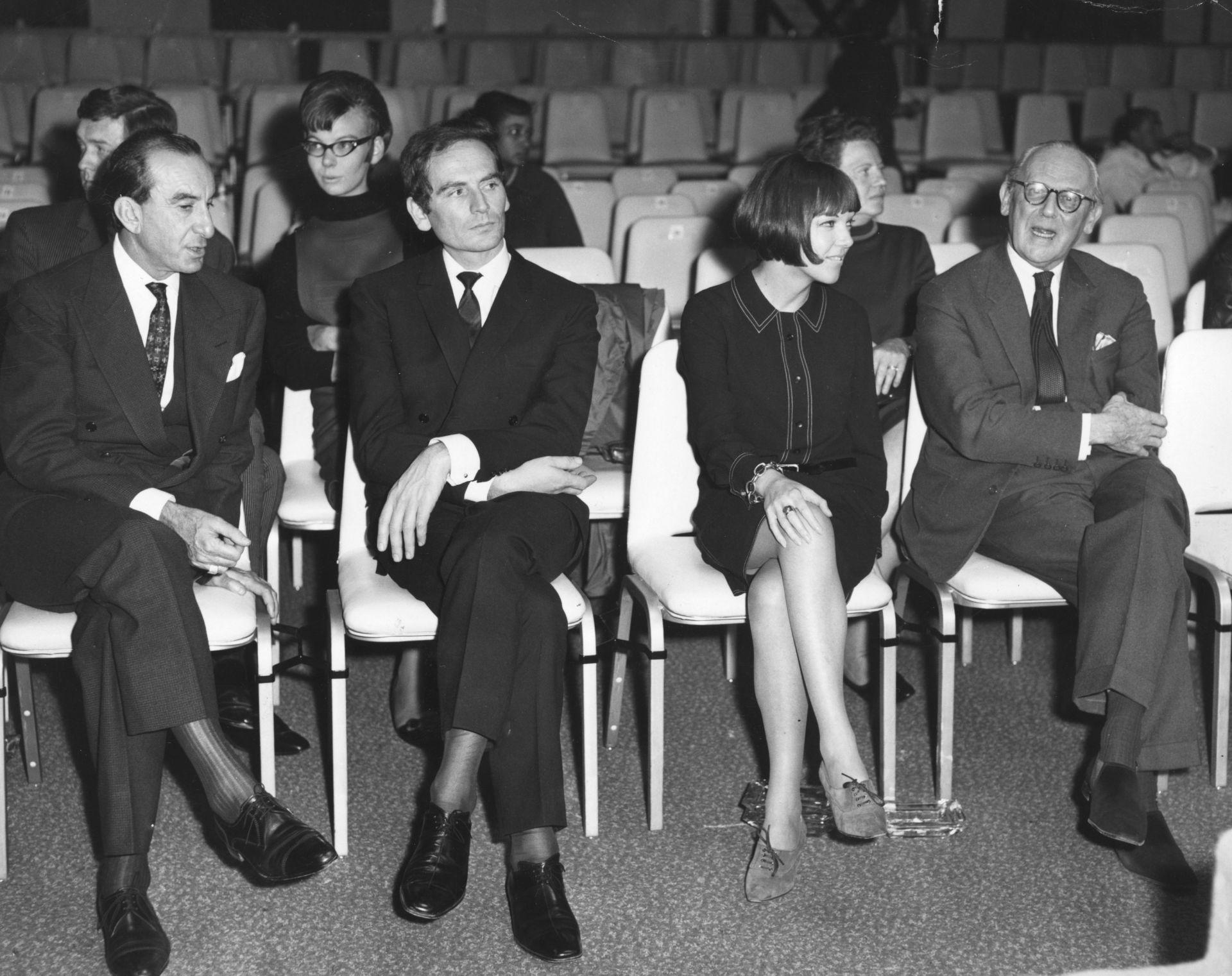"""Октомври, 1963г. : Репетиция за първите международни модни награди на """"Съндей Таймс"""". Пиер Карден между дизайнерите Емилио Пучи и Мери Куант"""