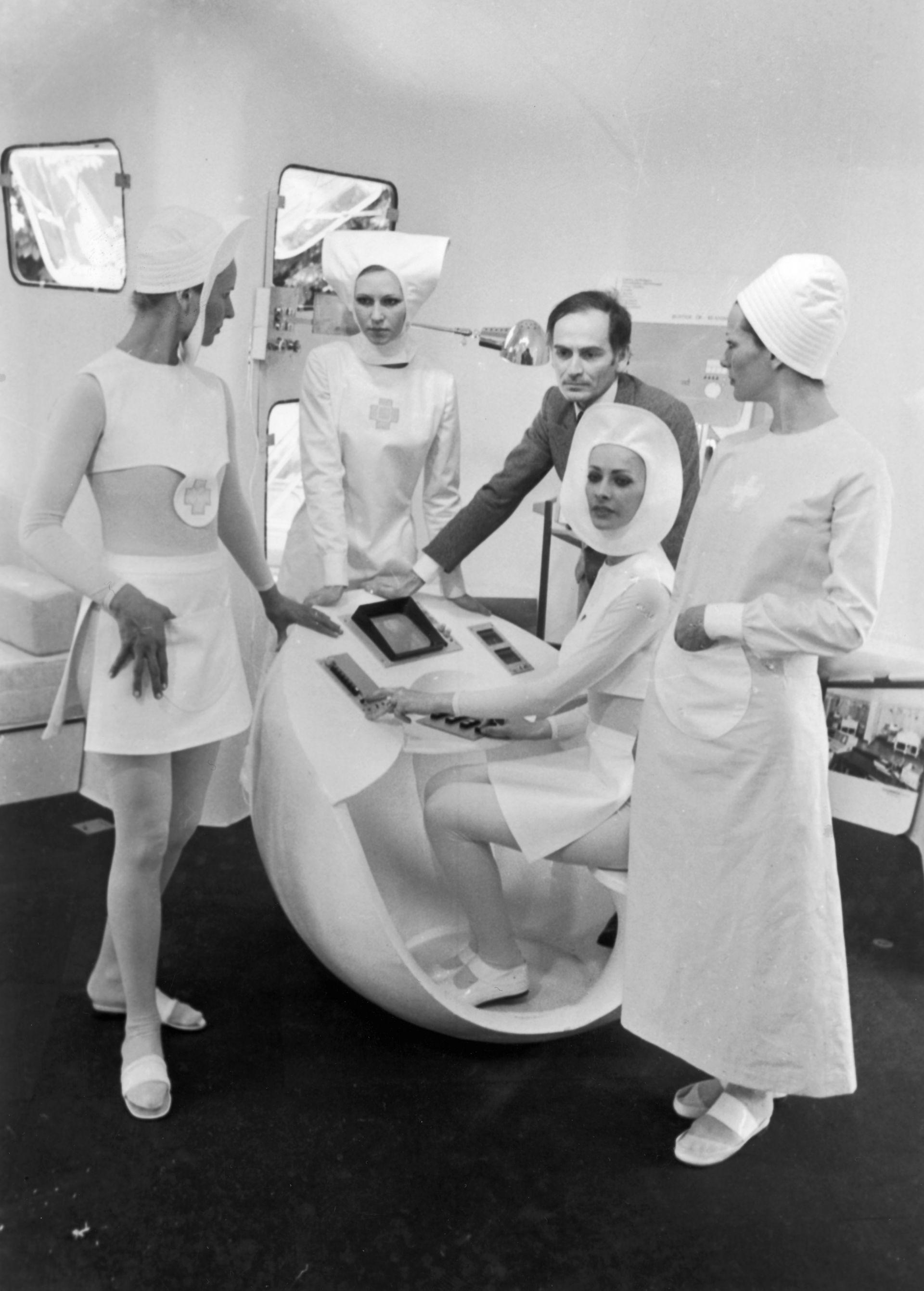 Новите униформи на френските медицински сестри по дизайн на Пиер Карден