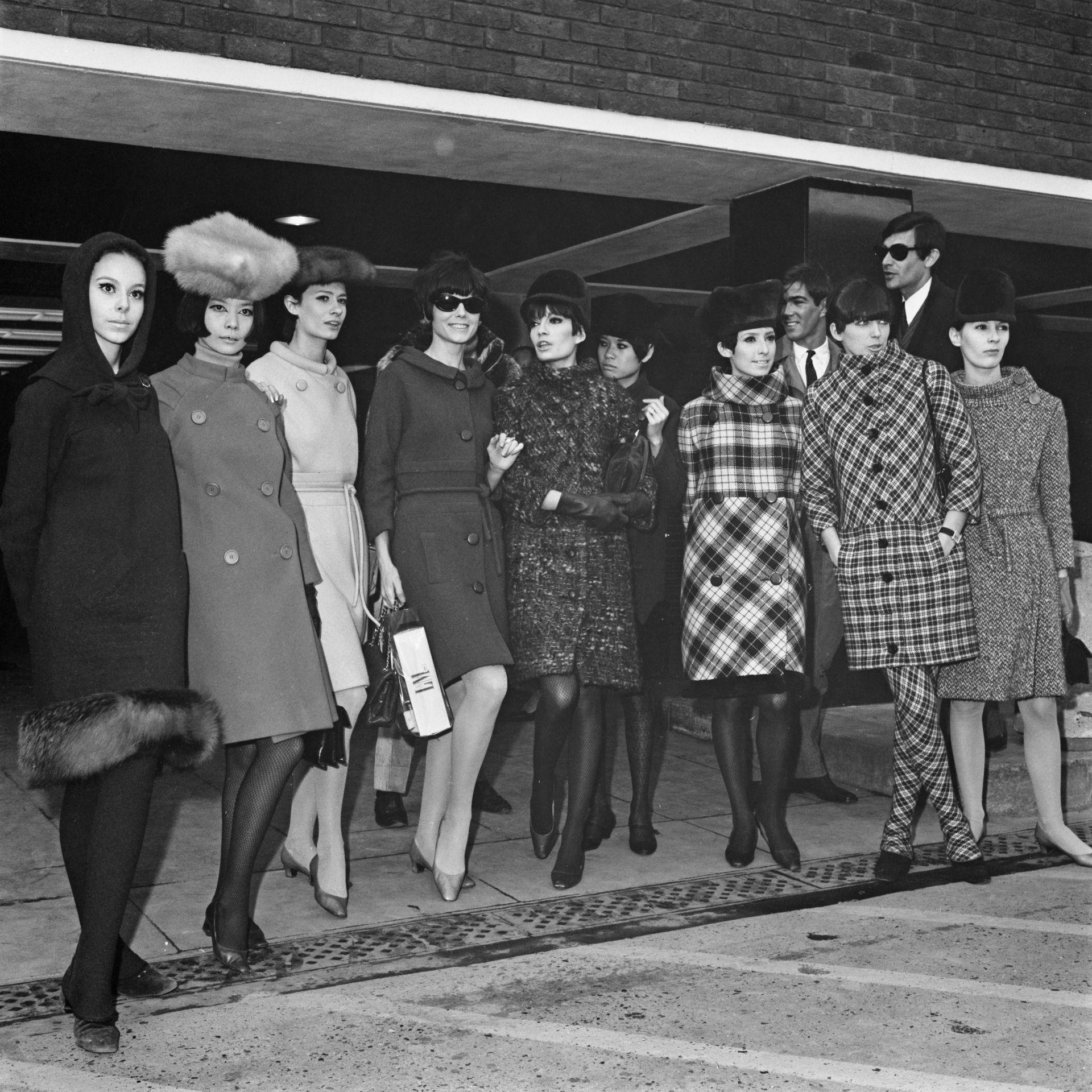 Карден позира с топмодели на Летището в Лондон, след благотворителна модна гала на 23 февруари 1966г. Любимата му Хироко Мацумото е втората отляво