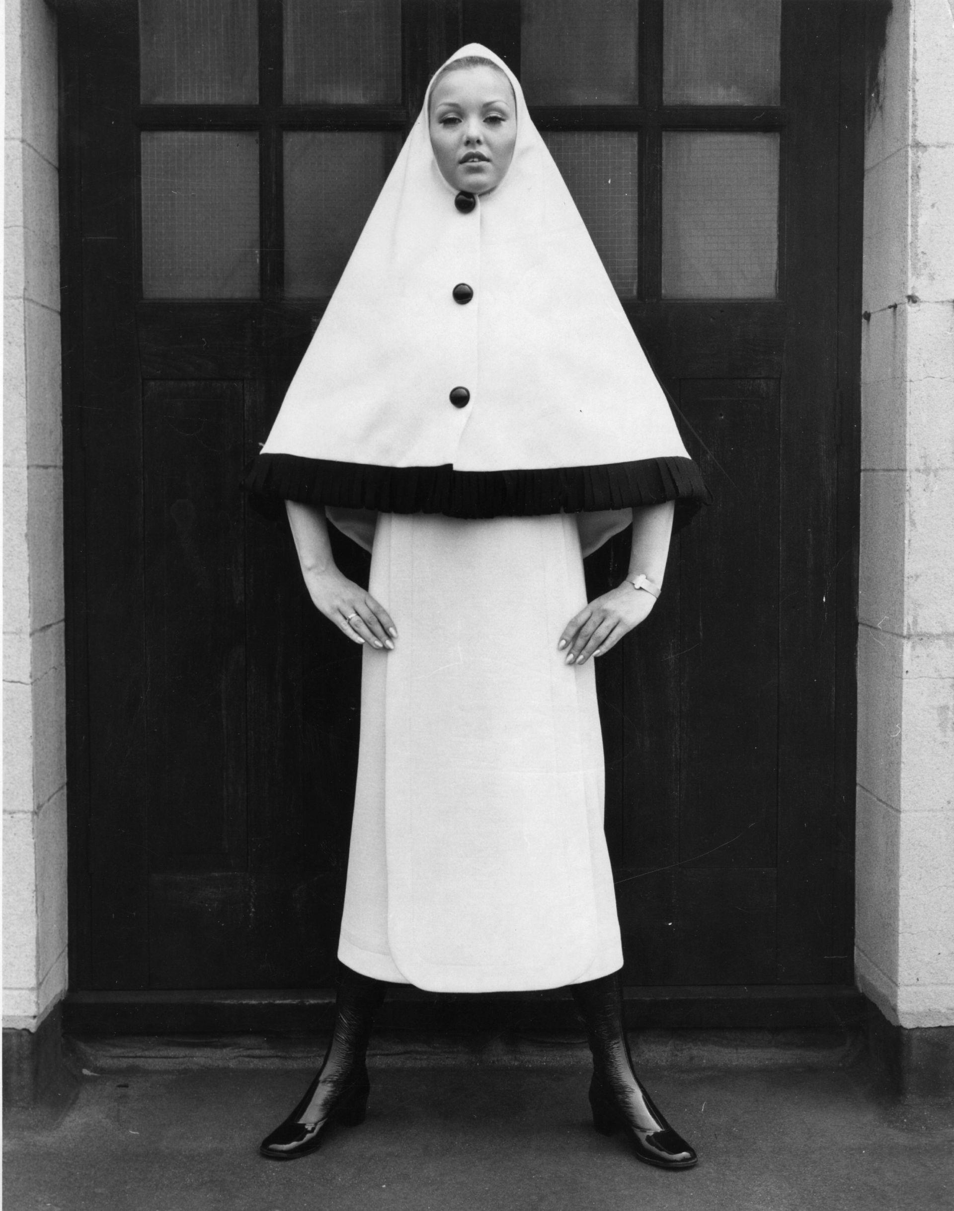 Май, 1970: Денис Кокс позира с дизайнерска вълнена рокля на Карден по време на модното шоу на Дикенс и Джоунс.