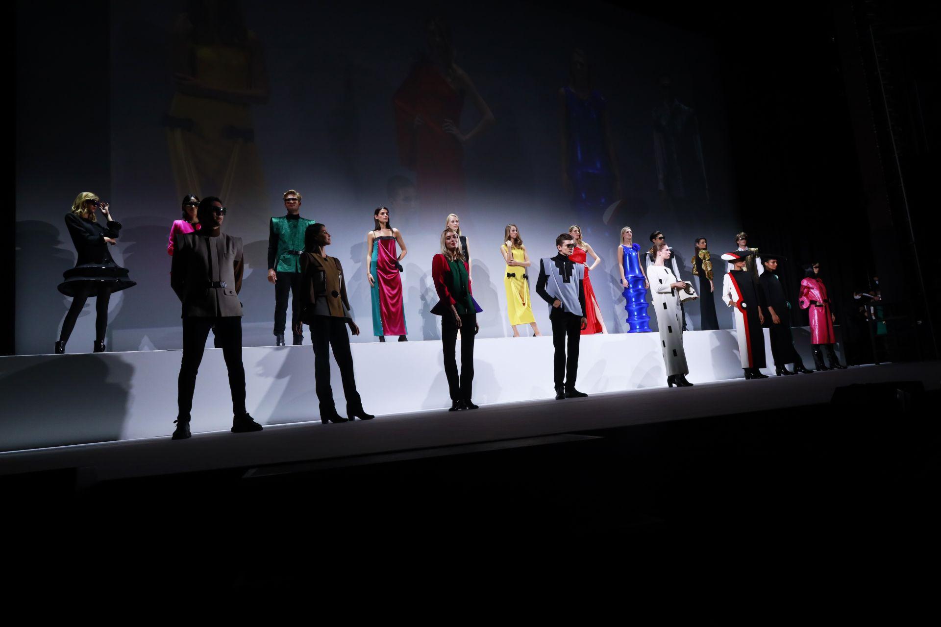 """Модели позират на сцената по време на прожекцията на филма """"Къщата на Карден"""""""
