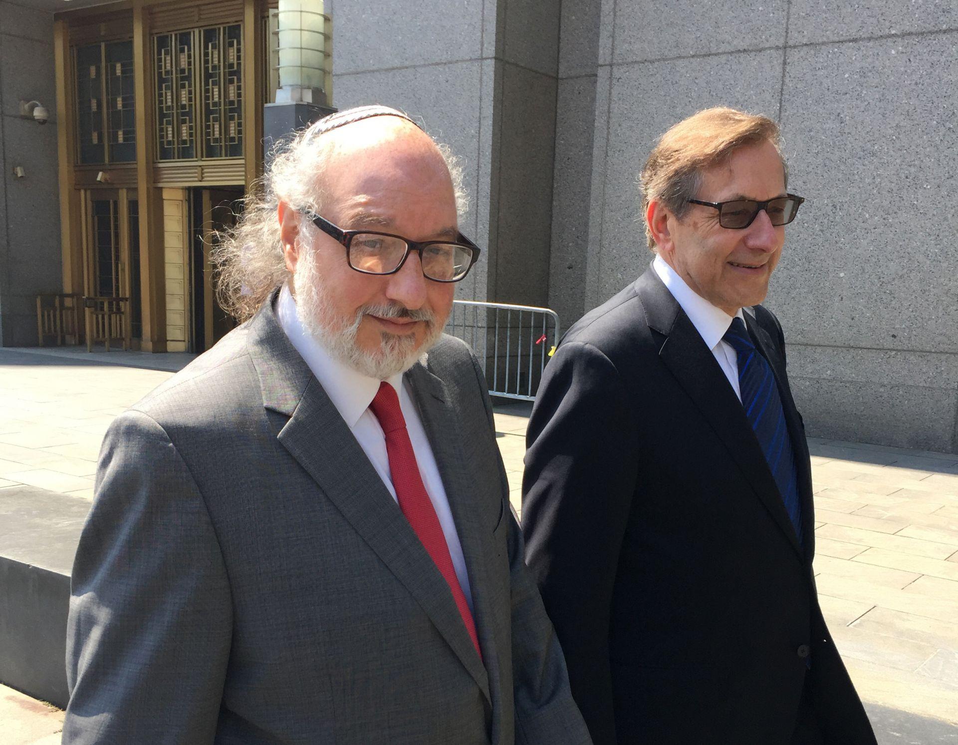 Полард със своя адвокат след освобождаването си