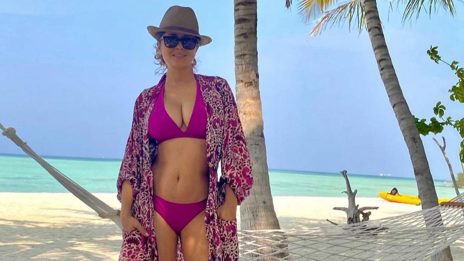 Горещата Салма Хайек изпраща 2020-а по бански на лазурен плаж
