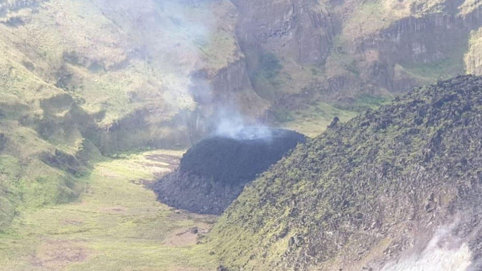 Събудил се вулкан евакуира почти цяла държава