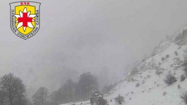 Ураганен вятър и мъгла пречат на спасителите да свалят тялото на загиналия в планината