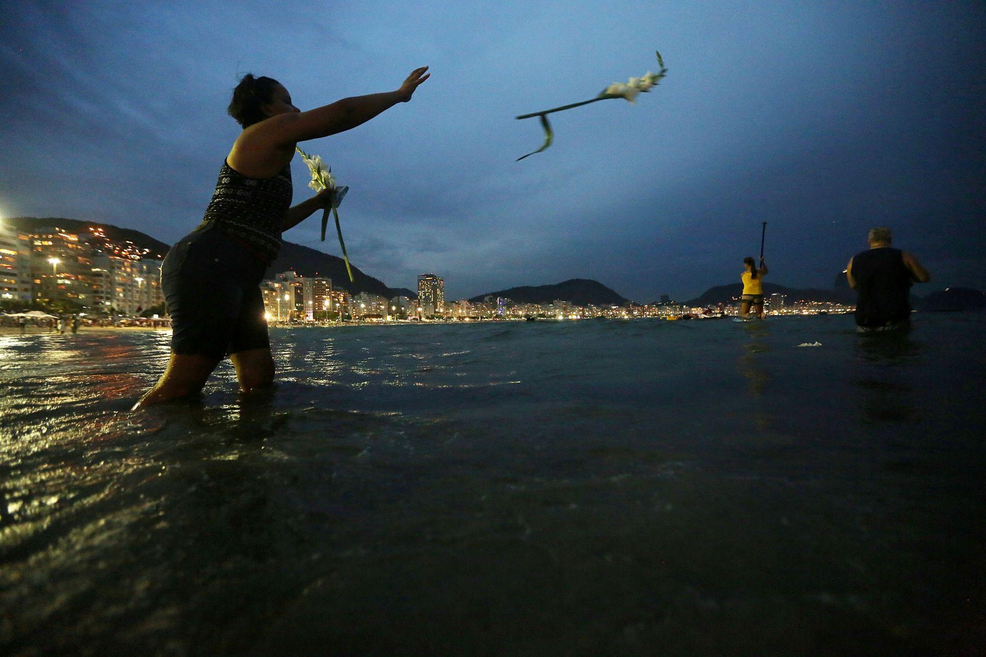 В Бразилия хвърлят цветя в океана в чест на бразилската морска богиня Йеманджа по време на новогодишните празници на плажа Копакабана