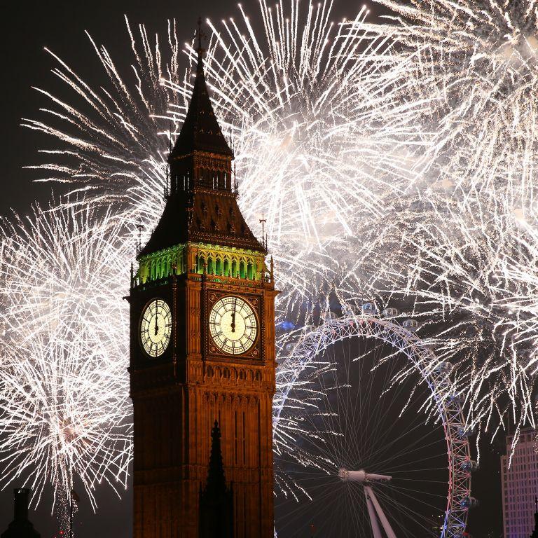 Новогодишна еуфория: Как светът посрещна 2021 - леща, празни куфари и изхвърлени мебели